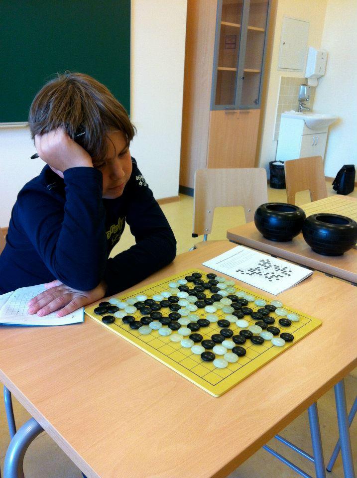 Леон (2 класс) - решает задачу из сборника упражнений на 20-18 Чин 'Окончание игры'
