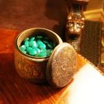 Чаша с зелёными камнями на антикварном столике
